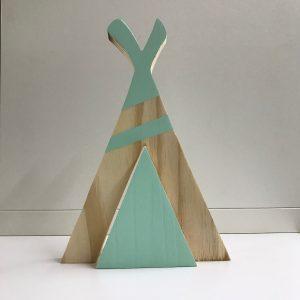 Típi de madera de pino hecho a mano